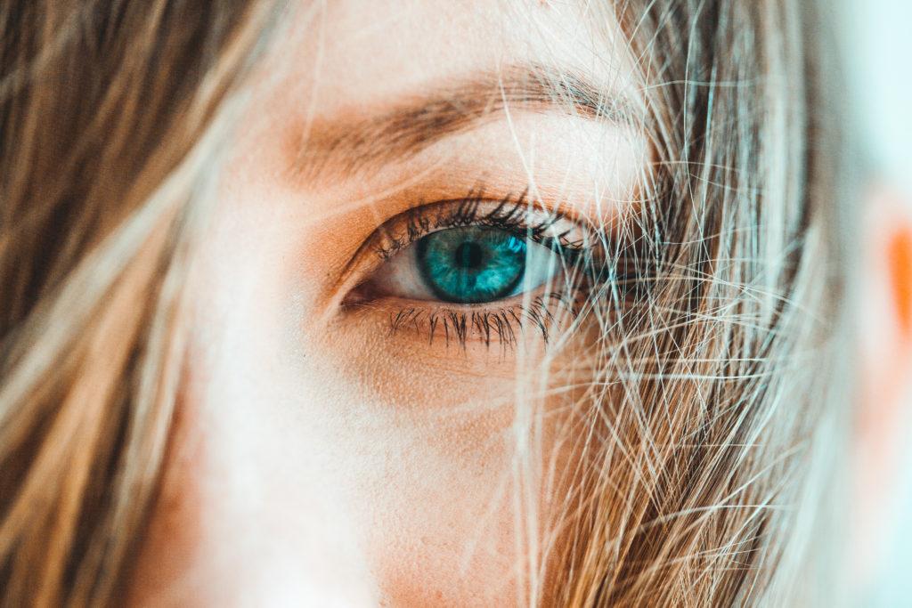 【スマホ老眼】 何を対策するほうがよい? 予防に効果的な対応5選。